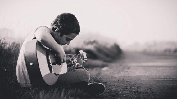 תמיד חלמתם לנגן על גיטרה? קראו על גיטרה למתחילים