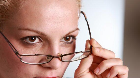 עדשות מגע או משקפי ראייה – יתרונות וחסרונות