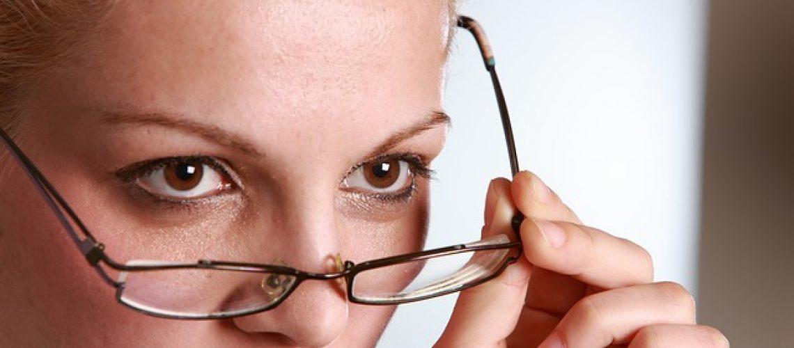עדשות מגע או משקפי ראייה